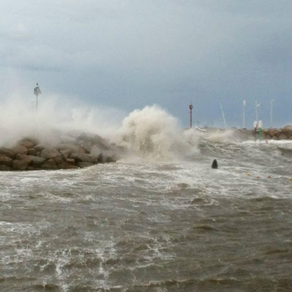 Sturm im Mittelmeer: So sah es im März 2016 an der Hafeneinfahrt in Poltu Quatu aus